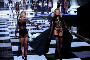 RETaylor-Swift-and-Karlie-Kloss-Anton-Oparin-Shutterstock.com_-1024x683