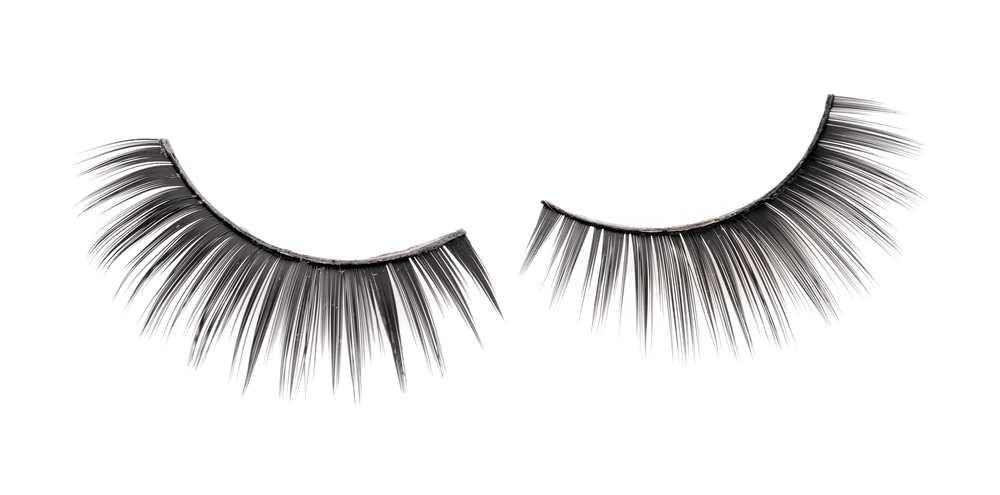 The dangers of wearing false eyelashes TheFuss.co.uk